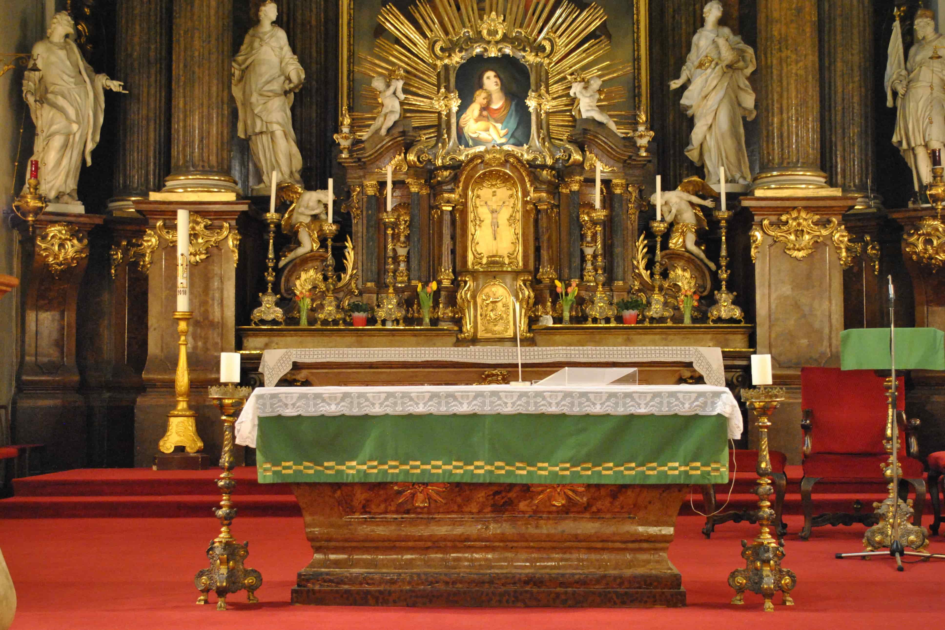 l'altare della Chiesa dedicata alla Santissima Trinità