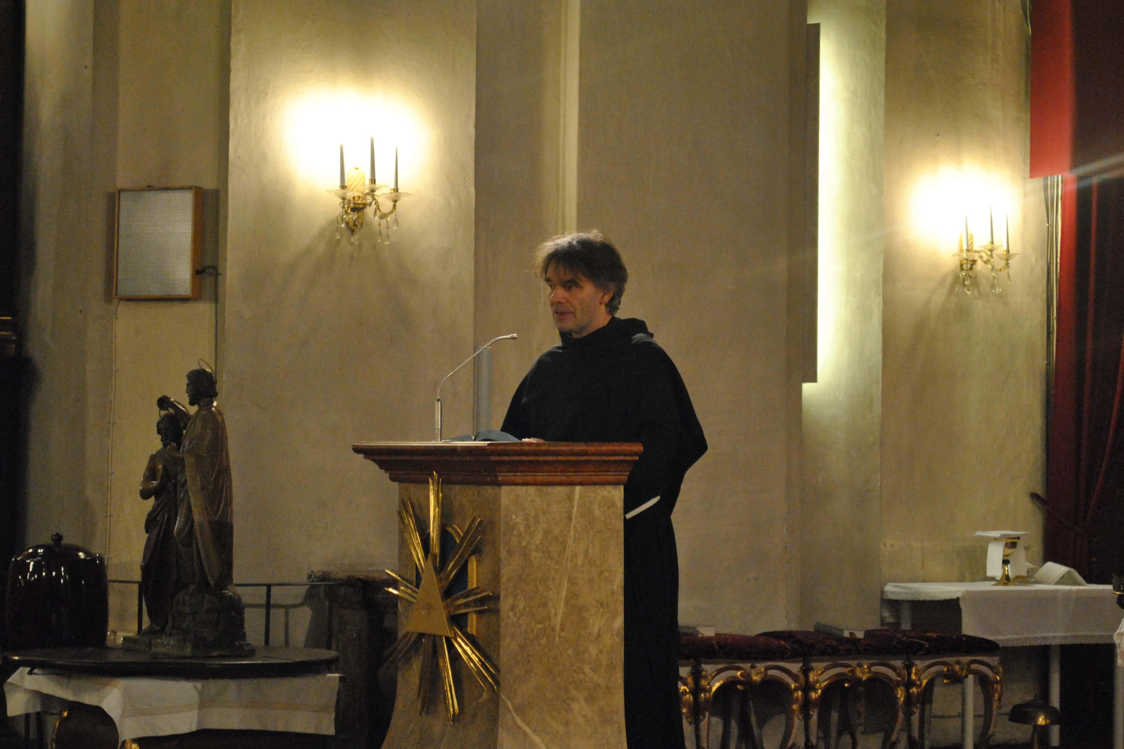 padre Dariusz Zajac OFMConv dà il benvenuto alla comunità italiana